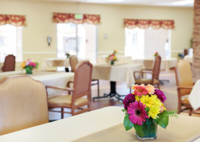Reo Vista dining area with flowers